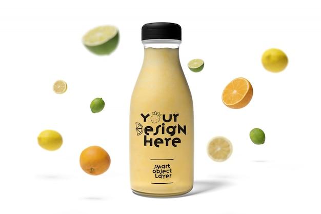 Vista de uma garrafa de suco com maquete de frutas