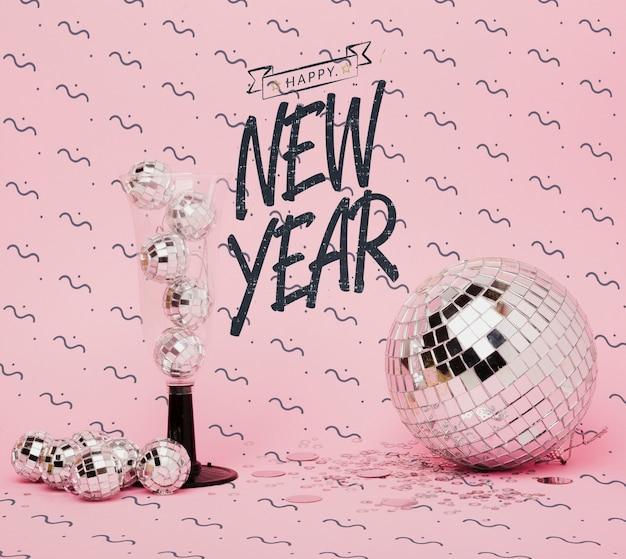 Vista frontal ano novo letras com decoração festiva