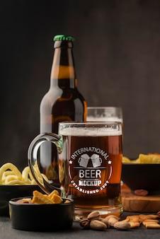 Vista frontal da cerveja e garrafa