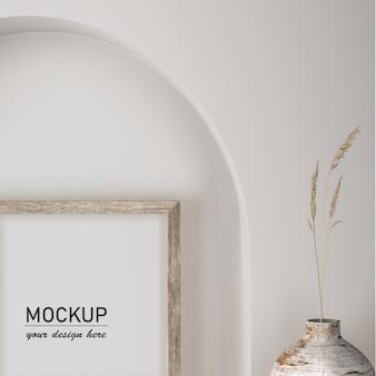 Vista frontal da decoração da parede com vaso e moldura