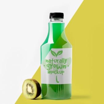 Vista frontal da garrafa com kiwi