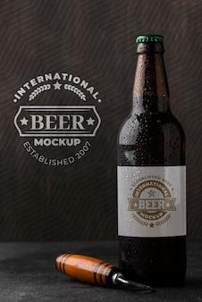 Vista frontal da garrafa de cerveja com abridor