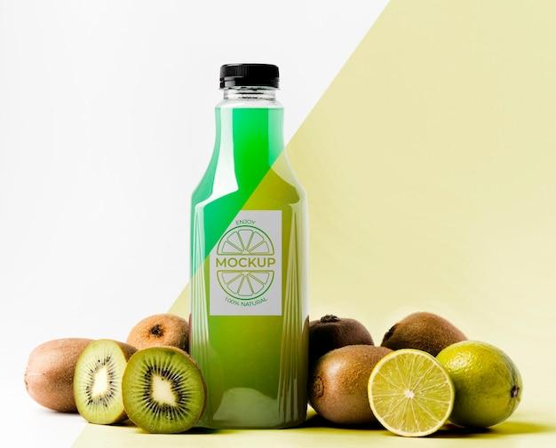 Vista frontal da garrafa de suco com kiwi