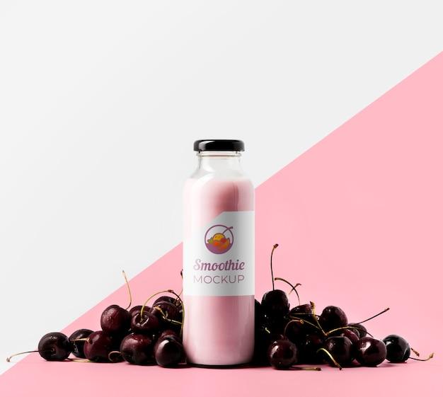 Vista frontal da garrafa de suco de cereja transparente