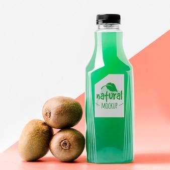 Vista frontal da garrafa de suco de kiwi