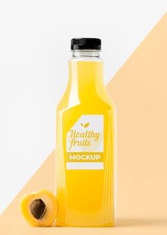 Vista frontal da garrafa de suco de pêssego com tampa