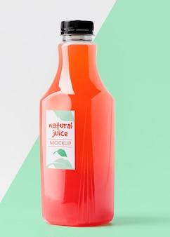 Vista frontal da garrafa de suco de vidro