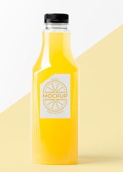 Vista frontal da garrafa de suco transparente com maquete de tampa