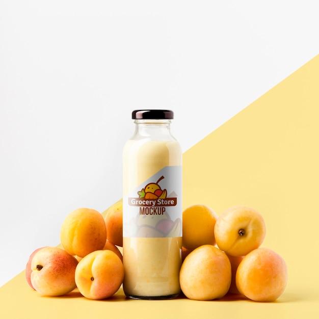 Vista frontal da garrafa de suco transparente com pêssegos