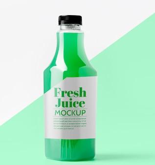 Vista frontal da garrafa de vidro transparente com suco