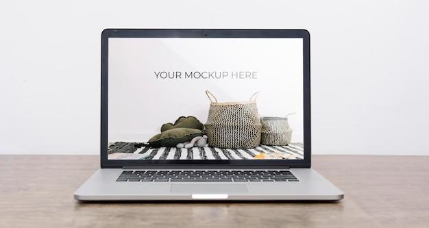 Vista frontal da maquete de laptop para decoração de interiores