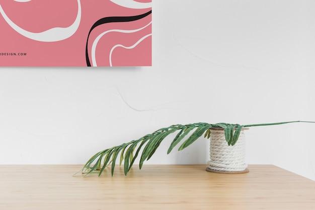 Vista frontal da mesa com folha e cartaz