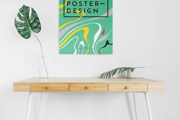 Vista frontal da mesa com folhas e cartaz
