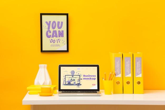 Vista frontal da mesa com moldura e laptop