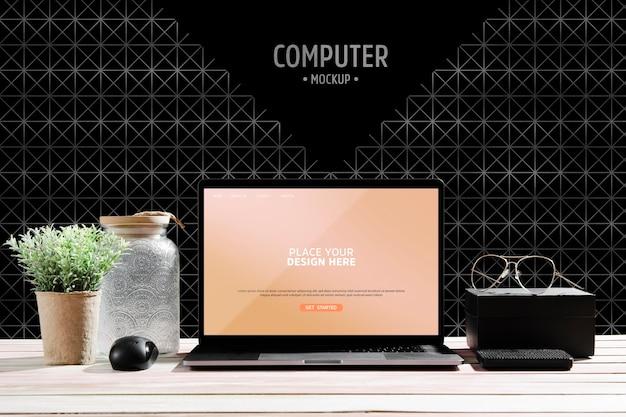 Vista frontal da mesa com planta e laptop