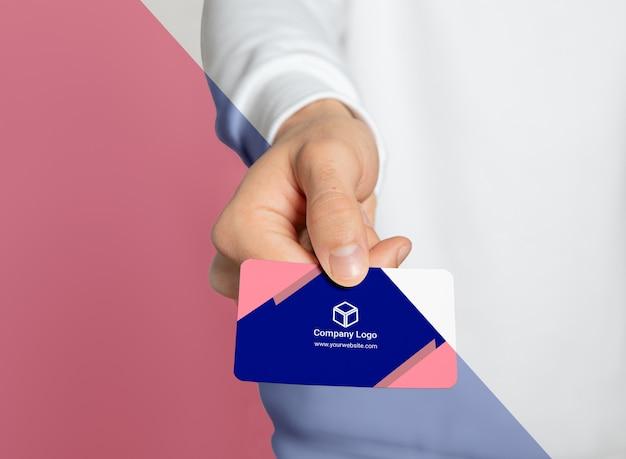 Vista frontal da mulher segurando o cartão de visita