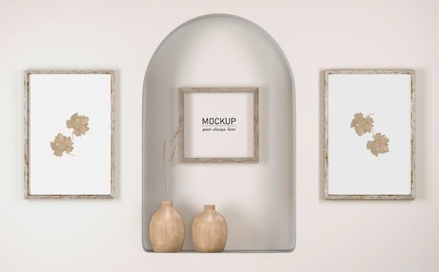 Vista frontal da parede com decoração de moldura e vasos
