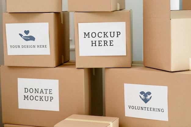 Vista frontal da pilha de caixas de papelão com doações