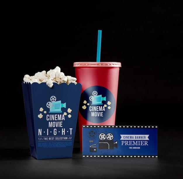 Vista frontal da pipoca de cinema com copo e cartão