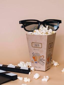 Vista frontal da pipoca de cinema em copo com óculos