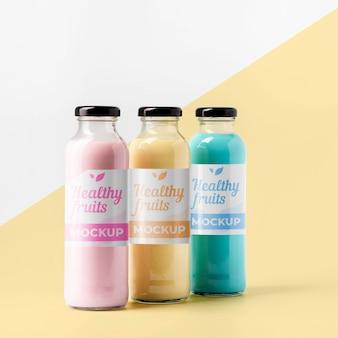 Vista frontal da seleção de garrafas de suco transparente com tampa