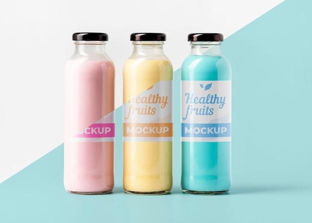 Vista frontal da seleção de garrafas de suco transparente