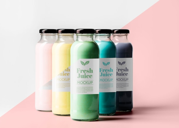 Vista frontal da seleção de garrafas de suco transparentes com tampa