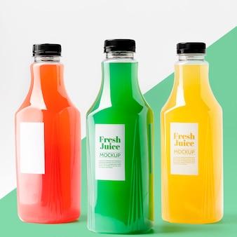 Vista frontal da seleção de garrafas de suco transparentes