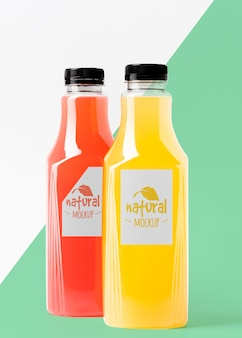 Vista frontal da variedade de garrafas de suco transparente