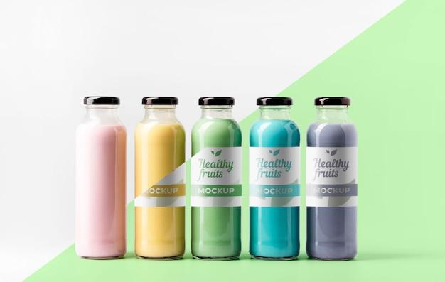 Vista frontal da variedade de garrafas de suco transparentes