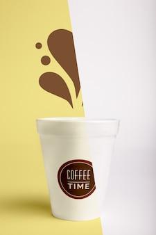 Vista frontal da xícara de café