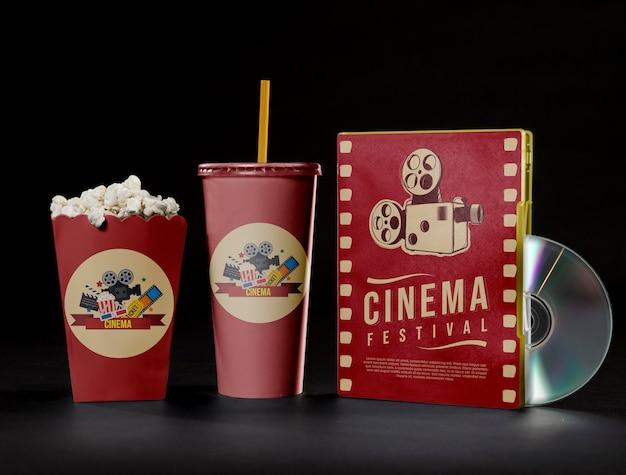 Vista frontal da xícara de pipoca de cinema com dvd