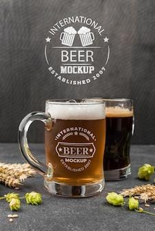 Vista frontal de canecas de cerveja com cevada