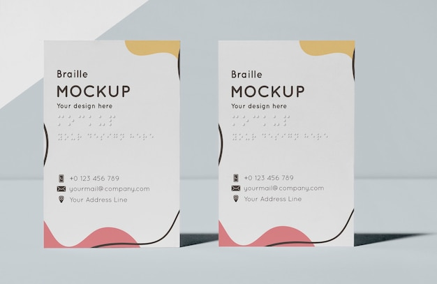 Vista frontal de cartões de visita com braille em relevo