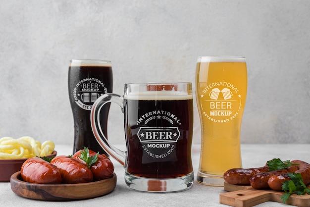 Vista frontal de copos de cerveja e canecas com lanche