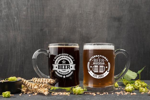 Vista frontal de dois pints de cerveja com cevada