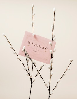 Vista frontal de flores com cartão de casamento