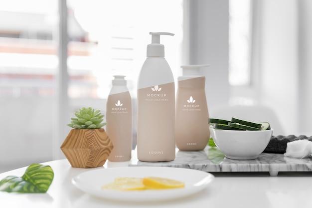 Vista frontal de frascos de cosméticos da mesa em casa