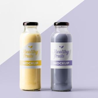 Vista frontal de garrafas de suco transparentes