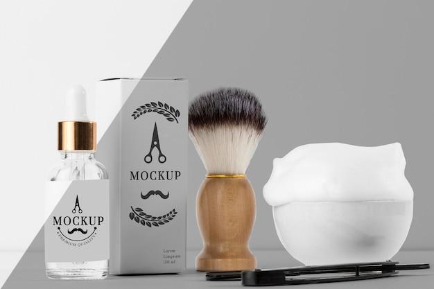 Vista frontal de itens de barbearia com escova e espuma