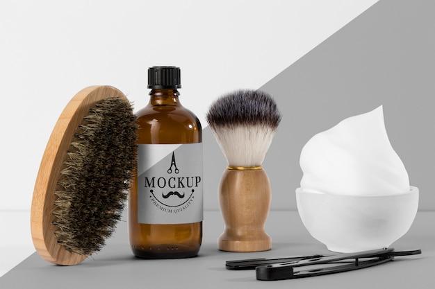 Vista frontal de itens de barbearia com escova e tesoura