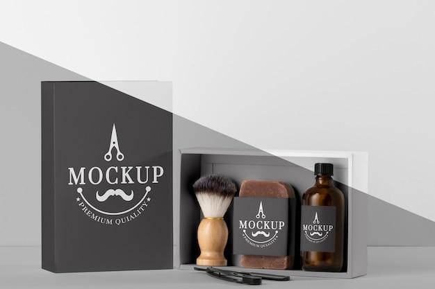 Vista frontal de itens de barbearia com escova