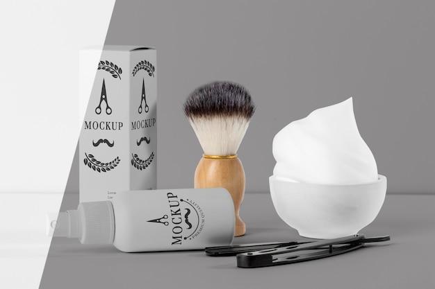 Vista frontal de itens de barbearia com tesoura e escova