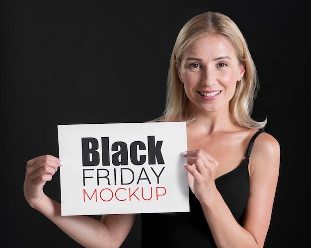 Vista frontal de mulher com conceito de sexta-feira negra