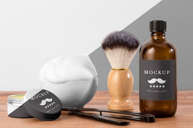 Vista frontal de produtos de barbearia com escova e navalha