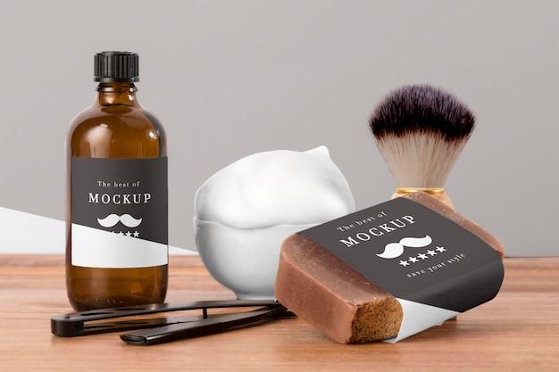 Vista frontal de produtos de barbearia com escova e sabonete