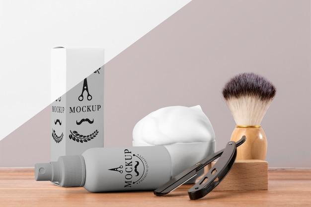 Vista frontal de produtos de barbearia com lâmina e escova