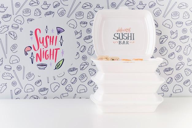 Vista frontal de tigelas de sushi na mesa