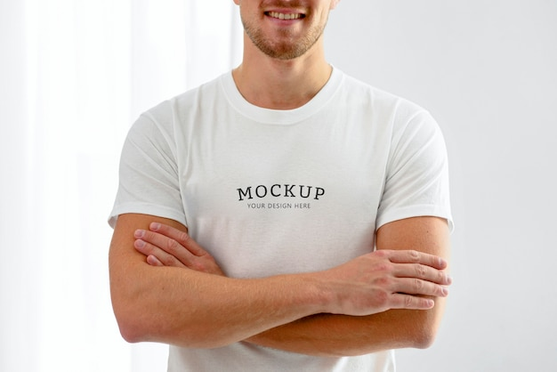 Vista frontal de um voluntário do sexo masculino posando com os braços cruzados