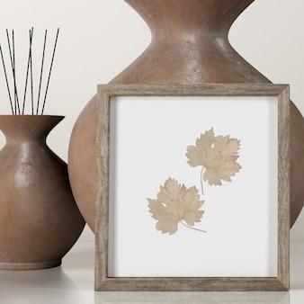 Vista frontal de vasos decorativos com moldura